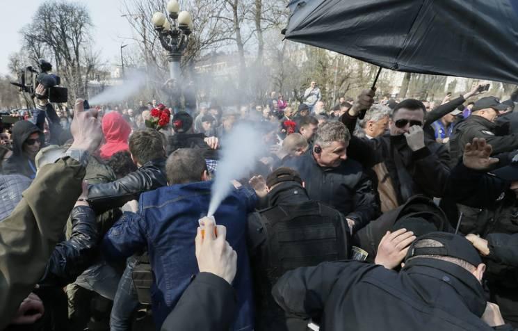 Відео дня: Націоналісти атакують Бойка, пенсіонери Путіна рвуть прапор США