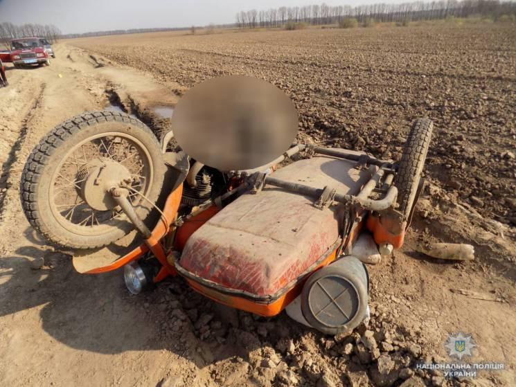 На польовій дорозі на Вінниччині знайшли мертвого мотоцикліста
