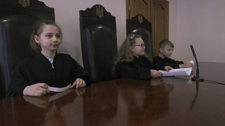 Хмельницькі третьокласники одягли суддівські мантії (ФОТО)