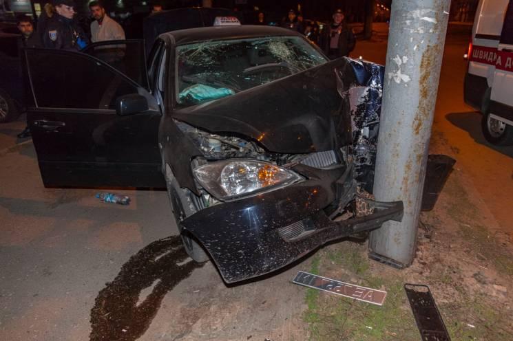 У Дніпрі автомобіль таксі протаранив стовп: Постраждали двоє чоловіків