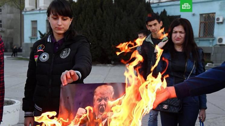 """У Криму """"ватники"""" палили портрети Трампа, Мей і Макрона"""