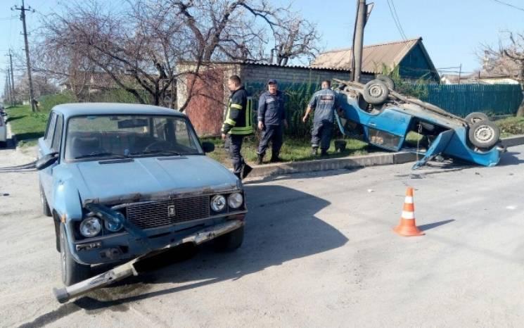 У Запоріжжі під час ДТП легковик перекинувся на дах (ФОТО)