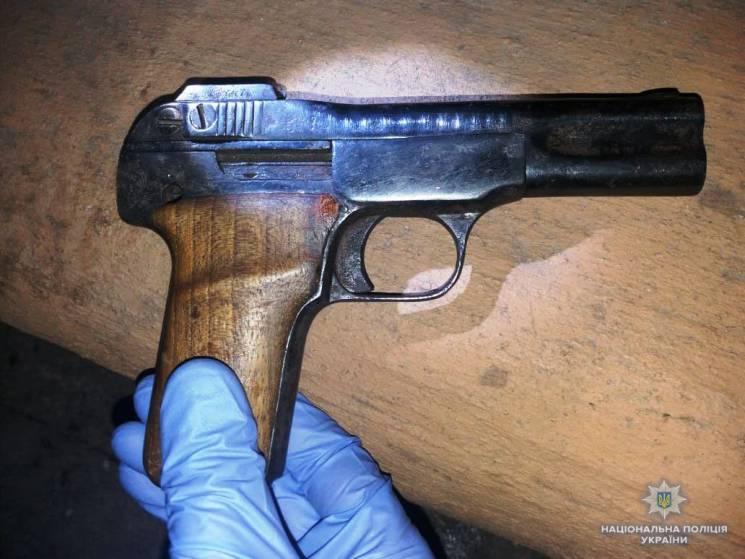 В одному з вінницьких кафе відвідувач розмахував пістолетом (ФОТО)