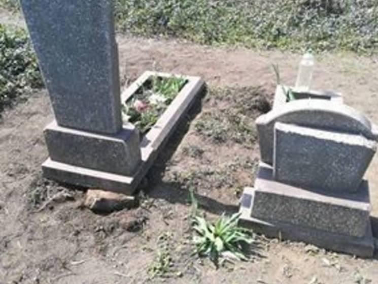 У Кривому Розі вандали потрощили могили у поминальні дні (ФОТО)