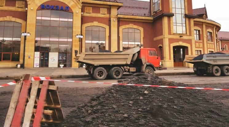 В Ужгороді біля вокзалу ускладнено рух транспорту