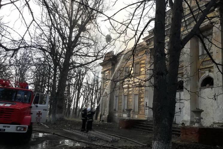 На Харківщині вогонь майже знищив палац у Старому Мерчику (ФОТО)