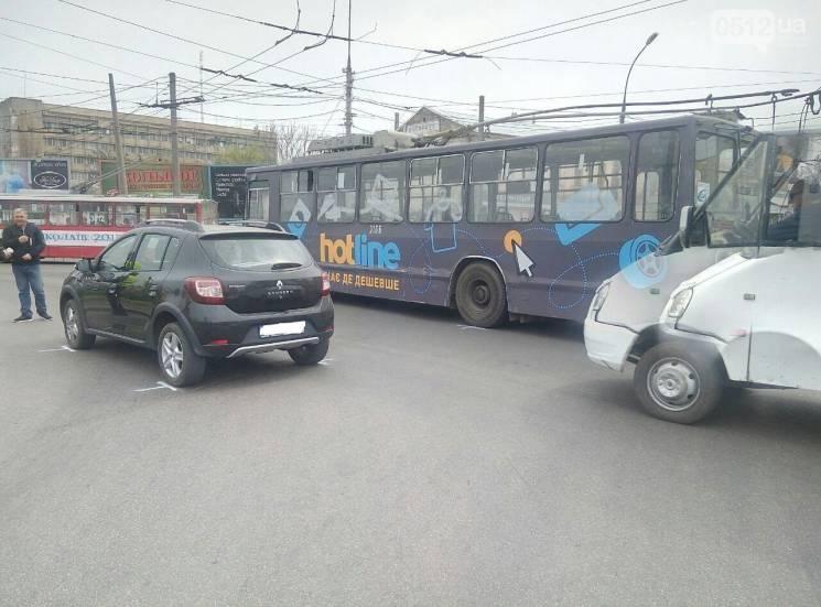 У Миколаєві від тролейбуса під час руху відлетіла деталь (ФОТО)