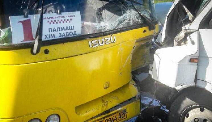 У Павлограді після зіткнення з автобусом водій мікроавтобуса зник з місця ДТП