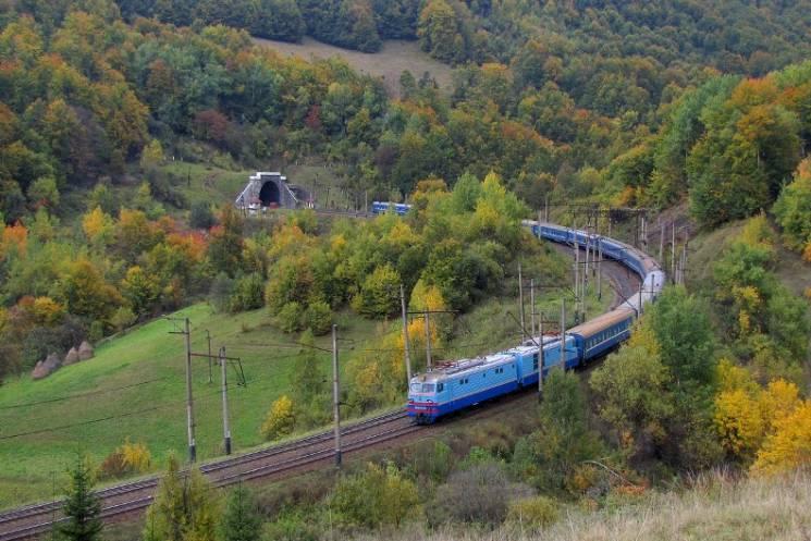 Через Бескидський тунель: Потяги до Закарпаття змінюють графік руху