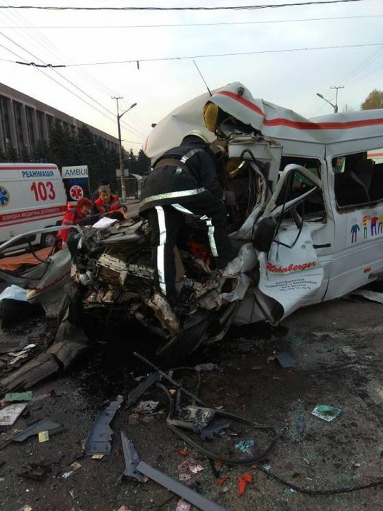 """У Кривому Розі легковик """"зім'яв"""" автобус: Вісім загиблих, 17 поранених (ФОТО)"""