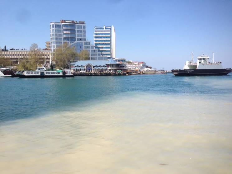 Море в Артбухті окупованого Севастополя залили нечистотами (ФОТО)