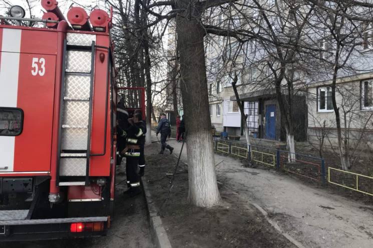 На Харківщині з палаючої багатоповерхівки вивели 30 людей (ФОТО)