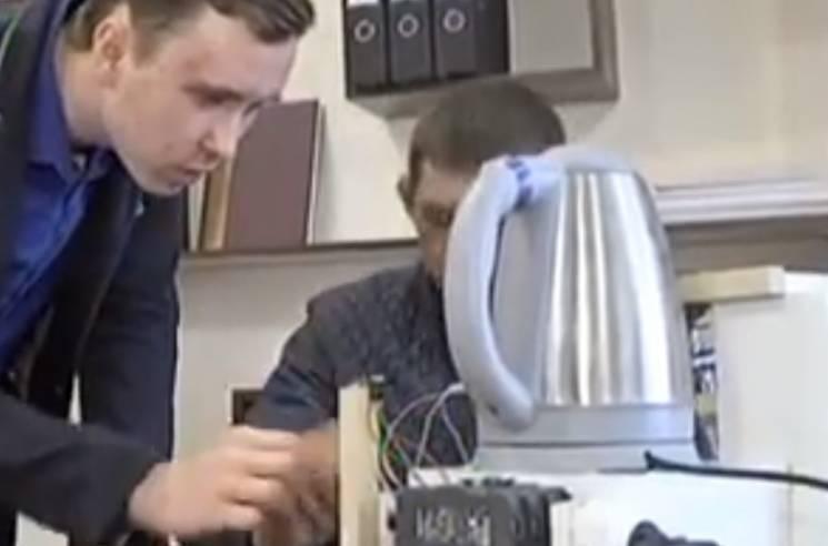 Сумський школяр створив чайник, яким можна керувати із будь-якої точки світу (ВІДЕО)