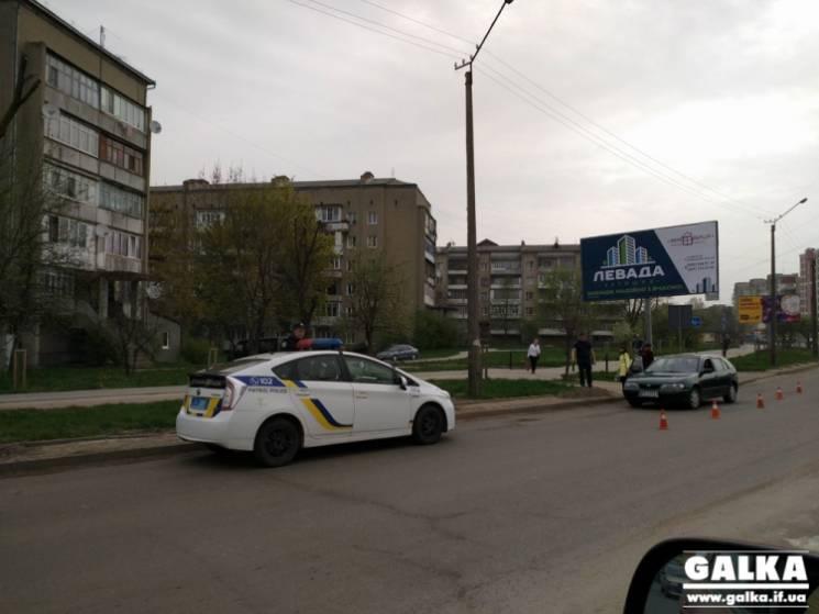 """У Франківську водій """"євробляхи"""" на переході збив жінку з дитиною (ФОТО)"""