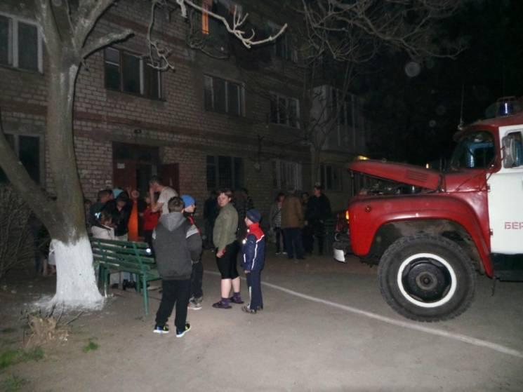З бердянської чотириповерхівки через загоряння сміття під сходами повтікали мешканці (ФОТО)