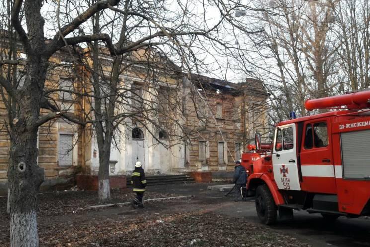 Чиновники кажуть, що унікальний палац на Харківщині спалахнув через безхатьків