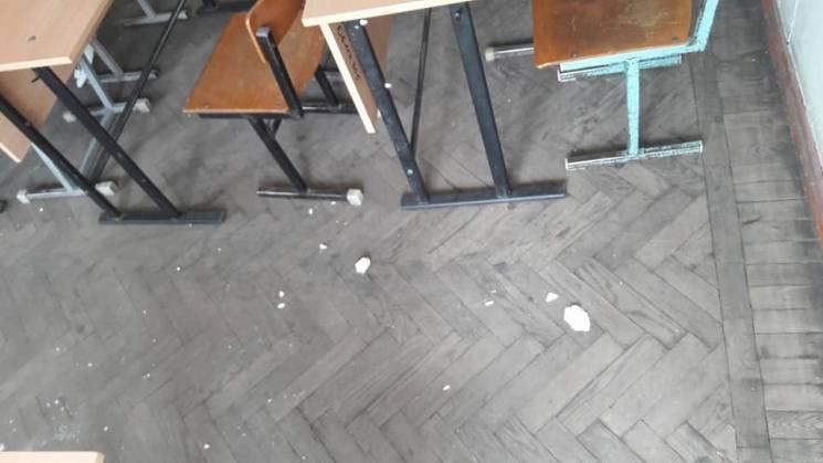 У запорізькому виші на студентів посипалися шматки стелі (ФОТО)