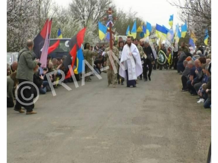Земляки на колінах проводили в останню путь загиблого в АТО мелітопольського бійця (ФОТО)