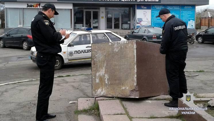 НаХарьковщине свалили наземлю постамент сукраинским флагом
