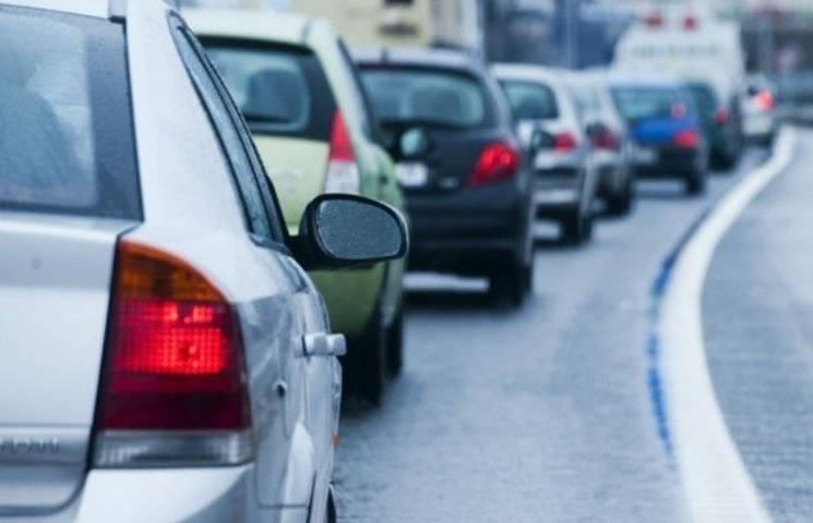 Столичні водії застрягли у заторах в центрі міста та на всіх мостах (КАРТА)