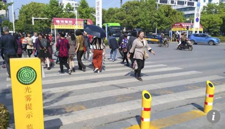 У Китаї пішоходів-порушників зупиняють струменем води (ФОТО)