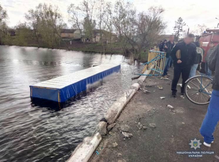 Смертельна ДТП на Чернігівщині: Вантажівка збила велосипедистку і злетіла з мосту у річку (ФОТО)