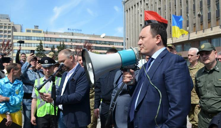 У Запоріжжі мітингувальники вимагали відповідей у губернатора, але відібрали мікрофон (ФОТО, ВІДЕО)