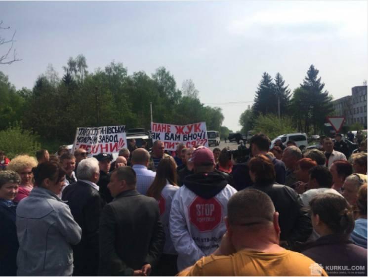Другий день блокують селяни Старокостянтинівський молочний завод (ФОТО)