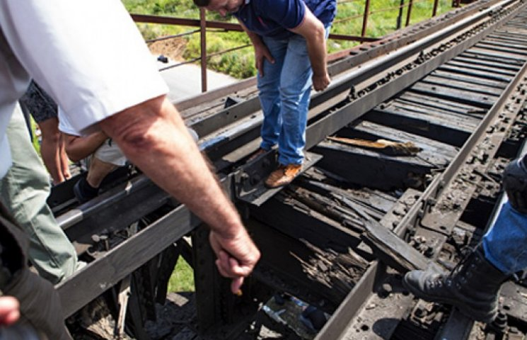 Террористы разбомбили железную дорогу на 300 млн грн.