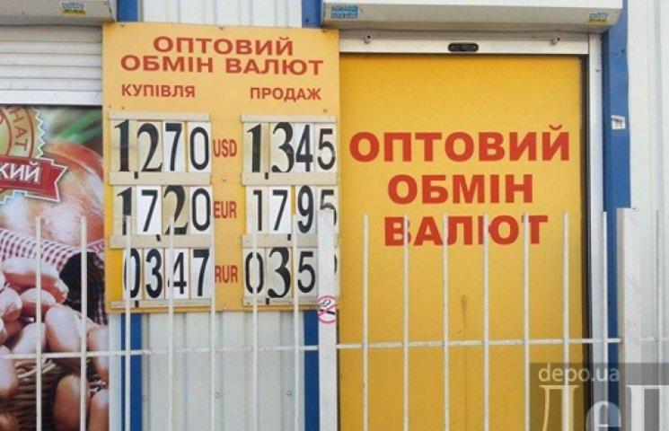 За доллар в обменниках уже просят 13,45 грн
