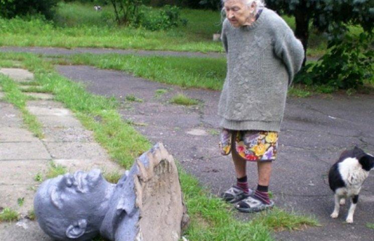 ФОТО ДНЯ: На родине Порошенко низвергли Ленина. Бабушка пришла посмотреть ему в глаза