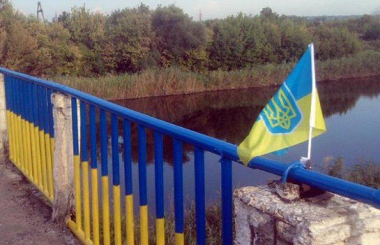 Беженцы измазали мост солидолом, чтоб его не покрасили в желто-голубой