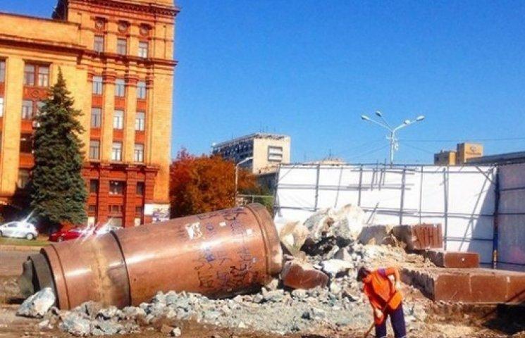 В Днепропетровске снесли «трон» Ленина с площади Героев Майдана