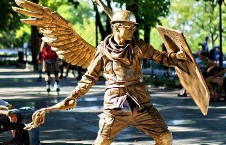 В центрі Одеси сепаратист з ножем напав на живу статую ангела Небесної сотні