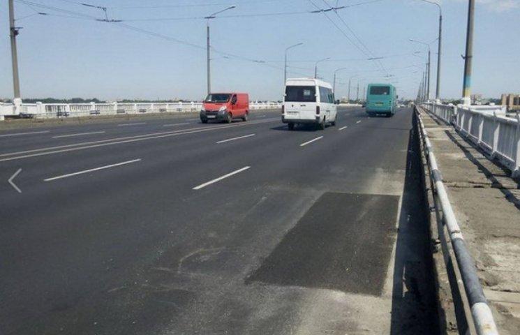 Підрядники зізналися, чому нове покриття мосту в Дніпропетровську в ямах