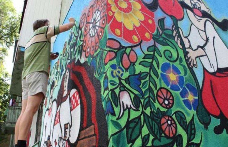 Розпис із героями мультфільмів учасники акції нанесли на дві панелі житлового будинку