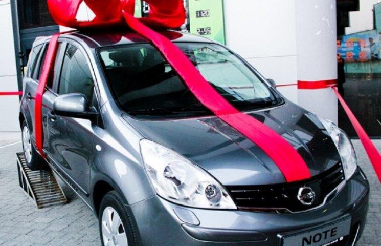 Вінничанин подарував багатодітній сім'ї переселенців автомобіль