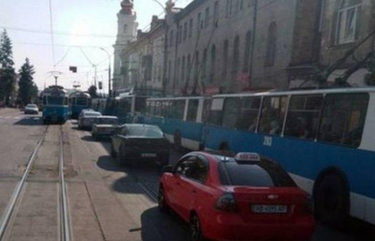 У Вінниці на годину зупинився транспорт