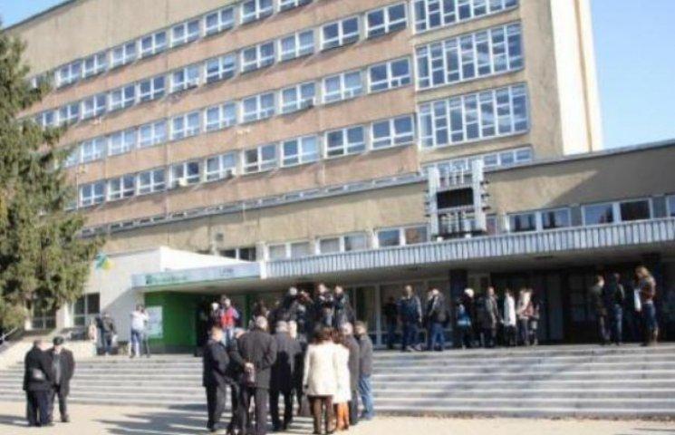 """Вінницький ювелірний завод """"Кристал"""" вимагає у Донецького університету 1 грн. за іміджеві збитки"""