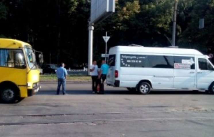 На Хмельницькому шосе паралізовано рух: зіштовхнулись дві маршрутки