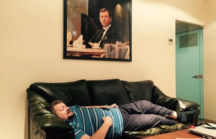 """Як вірний партієць Мосійчук спить з парадним портретом """"вождя"""""""