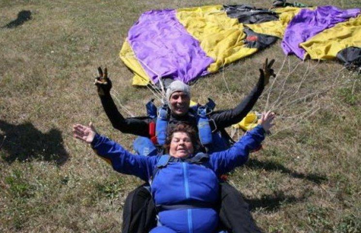 80-річна жителька Павлограду виконала парашутний стрибок
