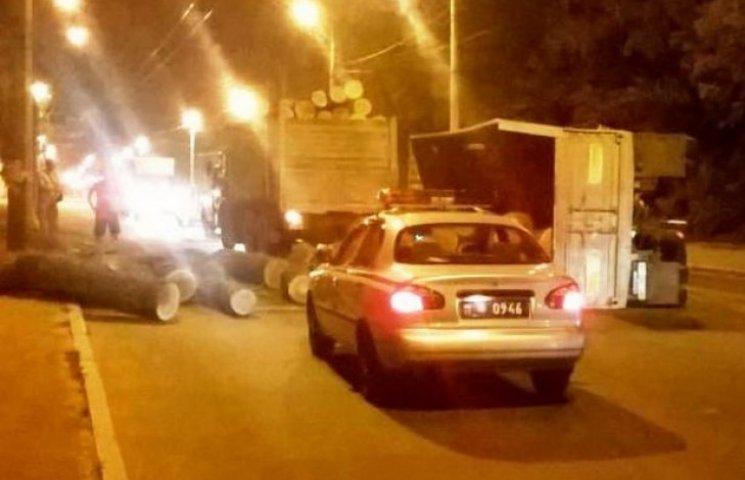 У Полтаві перевернулася вантажівка з колодами