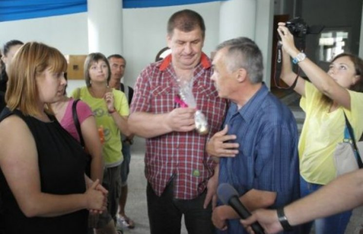 Вінницькі автомайданівці передали голові обласної ради яйця