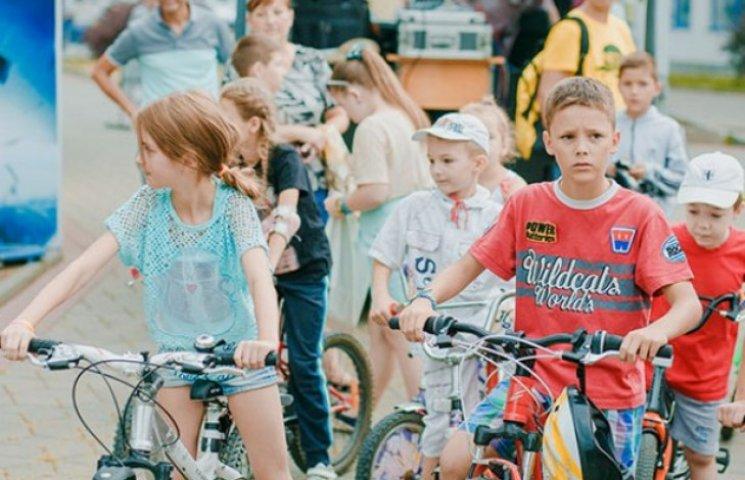 Дітлахи влаштували шалені перегони на велосипедах та самокатах