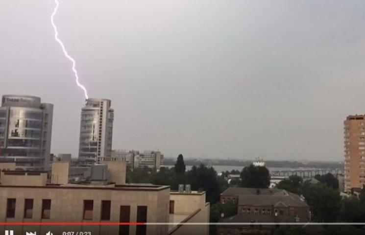 Як блискавка влучила у житлову вежу у Дніпропетровську
