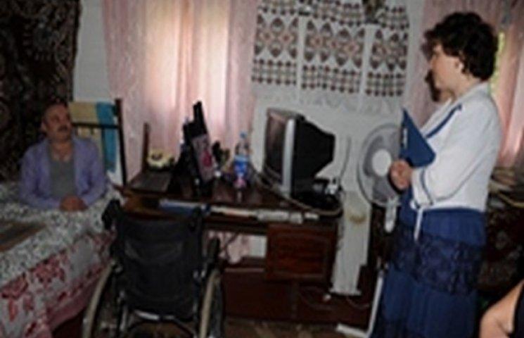 Безногий інвалід з Хмельниччини малює ікони та розписує церкви