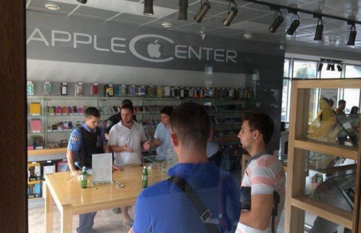 Київські фіскали забирали айфони в магазинах Дніпропетровська і Запоріжжя