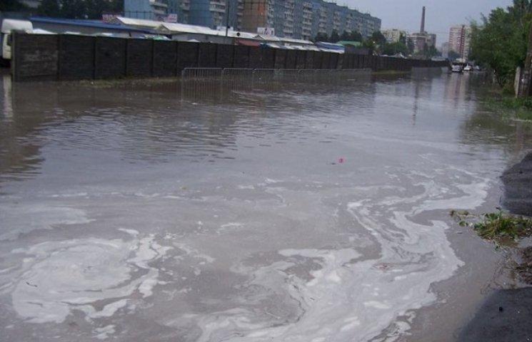 Після зливи у дніпропетровських калюжах повиловлювали держномери від авто