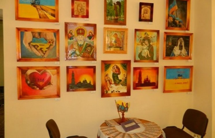 """У Хмельницькому відкрилась виставка робіт """"мешканців"""" виправних закладів"""